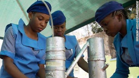 Las niñas que aprenden ciencia desafiar a Boko Haram